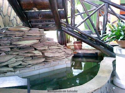 Bambu Chalé: Fonte d'água com peixes