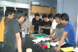 Pelatihan Usaha Sablon Oleh Mahasiswa UNIPA Surabaya