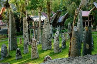 merupakan batu  yang tersesun rapi, peniggalan adat suku toraja lama dengan ketinggian lebih dari dua meter.  cdn.indonesia