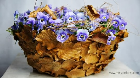 korg med violer, basket violets, basket pansies, basket mad of leaves, korga av löv