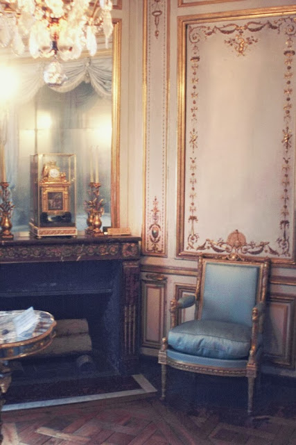 vignette styling fireplace gilt gold walls  accessories