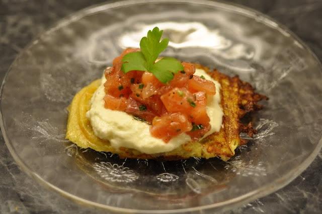 Laksetartar med potetvafler og sur-søt saus