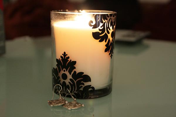 isabelle conseillere une belle bougie aux douces effluves sensuelles. Black Bedroom Furniture Sets. Home Design Ideas