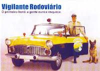 Vigilante rodoviário (Inspetor Carlos) com seu cão Lobo ao lado do Sinca-Chambord 1960.