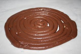 Cerchi di impasto per fare i dischi di pan di spagna al cacao