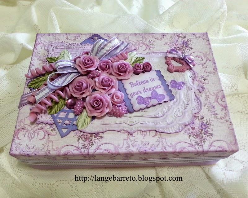 Caixa decorada com flores de porcelana fria