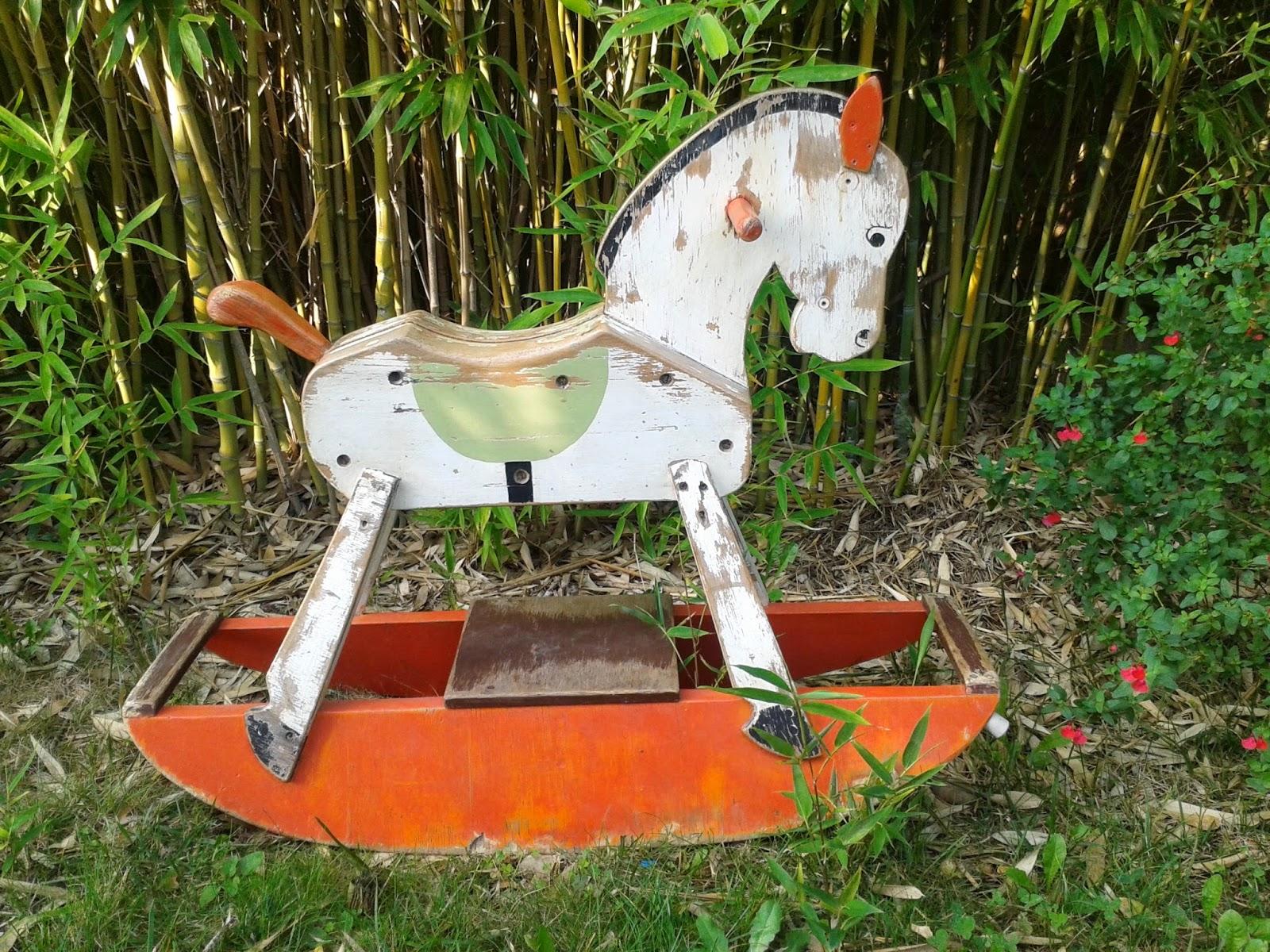 cheval bascule vintage en bois couleurs orange vert blanc les enfants de la brocante. Black Bedroom Furniture Sets. Home Design Ideas