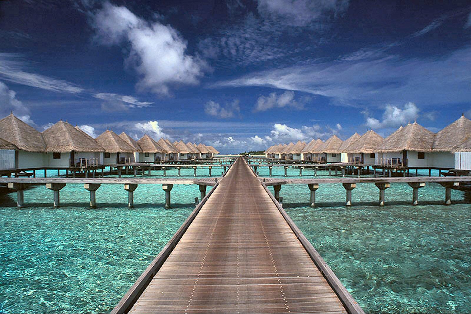 http://1.bp.blogspot.com/-9-vUUBJtcyU/TmnvJAaWjsI/AAAAAAAAJno/cMFjmN22-1c/s1600/Travel-Maldives-Land-Without-Roads.jpg
