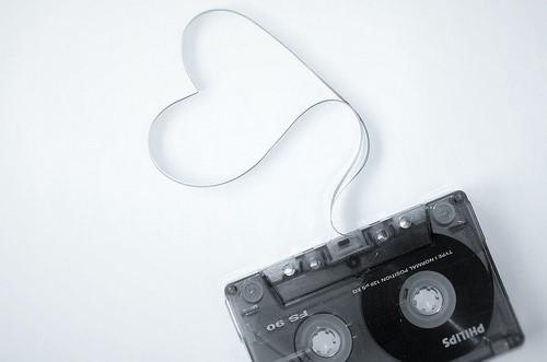 Fita K7 antiga. Na foto, um pedaço da fita está sobressalente, formando um coração
