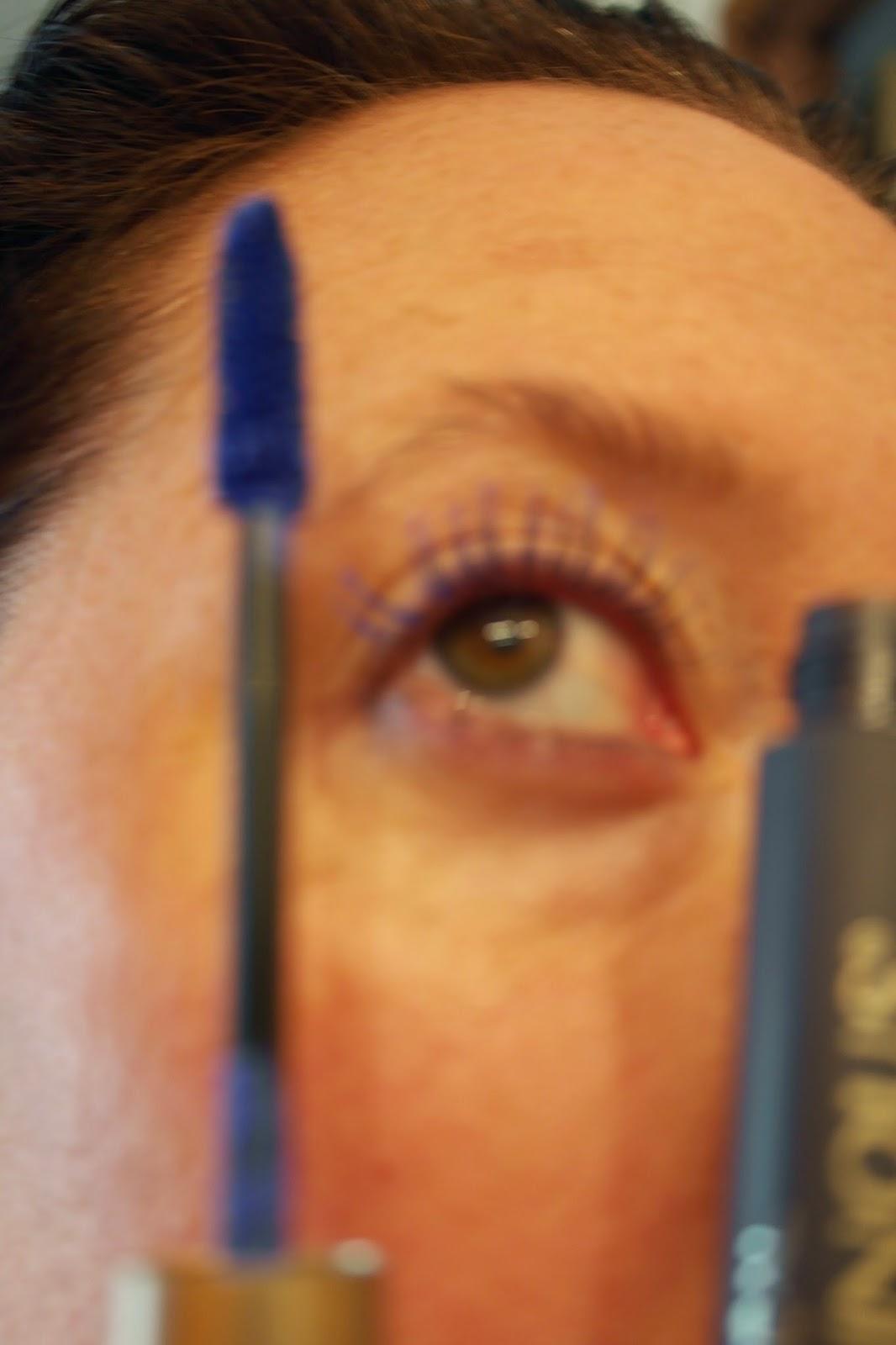 how to wear blue mascara