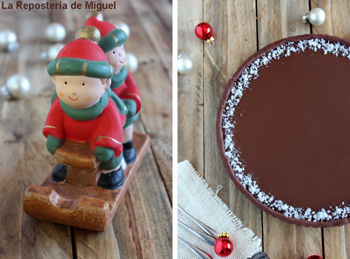 2 imagenes forman parte de esta fotografía, por un lado una vista aérea de gran parte de la tarta sobre una mesa adornada con bolar de decoración navideña. Por otro lado una fotografía de una figura típica navideña de dos niños sobre un trineo.