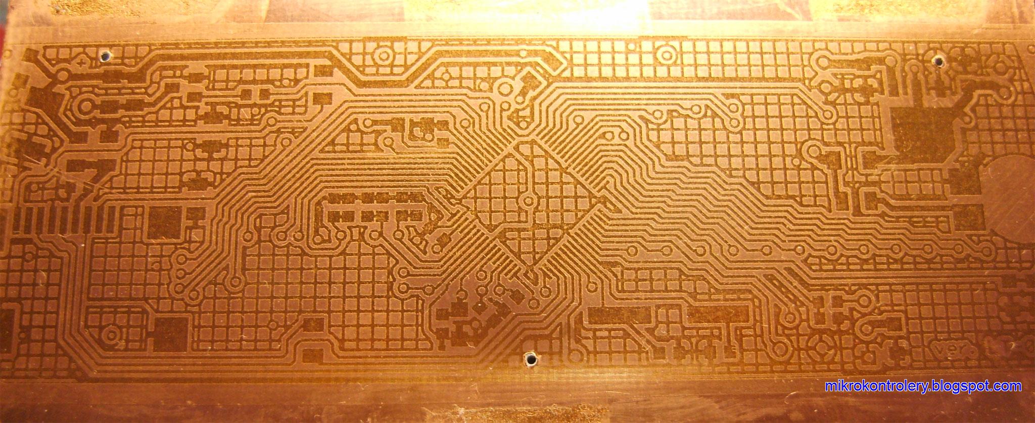 Płytka PCB pokryta lakierem UV po naświetleniu i wywołaniu.