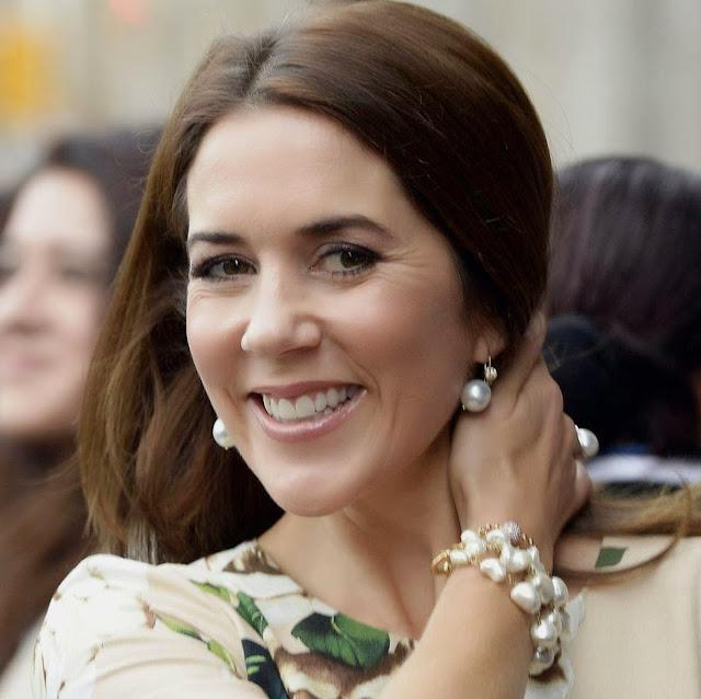 http://1.bp.blogspot.com/-90h6a0boJzg/VNkNDVhc82I/AAAAAAAAce4/1LcKB-8CBZU/s640/Crown-Princess-Mary.jpg