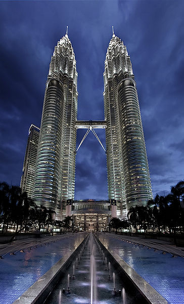 Famous buildings of the world malaysia petronas towers for Famous buildings in singapore