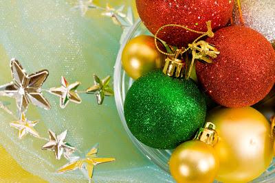 Esferas y adornos navideños en tarjeta para Navidad