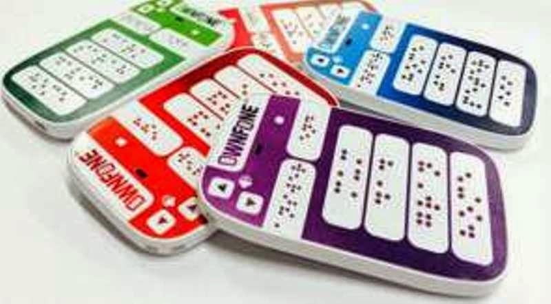 Ponsel Braille yang diproduksi OwnFone. Ponsel ciptaan Tom Sunderland ini dirancang untuk memberikan koneksi instan antara pengguna tunanetra dengan keluarga dan rekan mereka. Foto BBC.