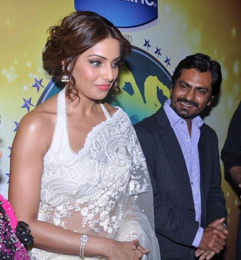 Bipasha Basu with Shilpa Shetty on Nach Baliye 5! Bipasha-Basu-Promoting-Aatma-movie-On-Nach-Baliye-21