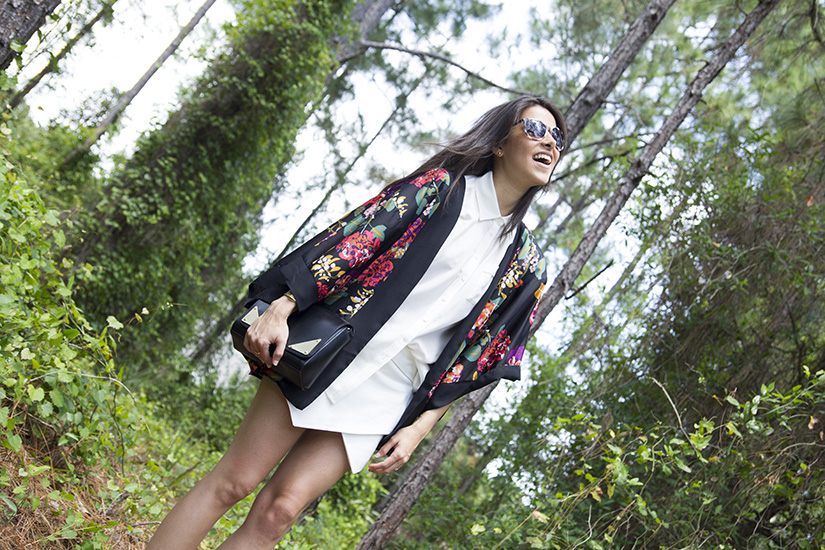 Maria Copello fashion blogger is wearing summer fashion trends: white shorts and sandals from zara, kimono from H&M and bag from Asos.