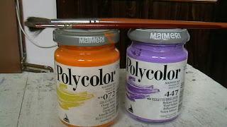 Szöveg: A tettesek. Kép: Maimeri márkájú, Polycolor című festéküvegeken két ecset keresztbetéve, amikkel sikerült átvarázsolni a rollert. A narancssárga festék kódja 072, a liláé 447.