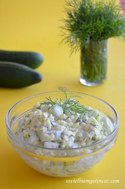 Sałatka ryżowa z ogórkiem i kurkumą