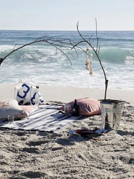 Smakołyki i wino na pikniku na plaży