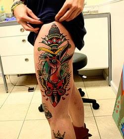 Fotos de tatuagens coloridas femininas na perna