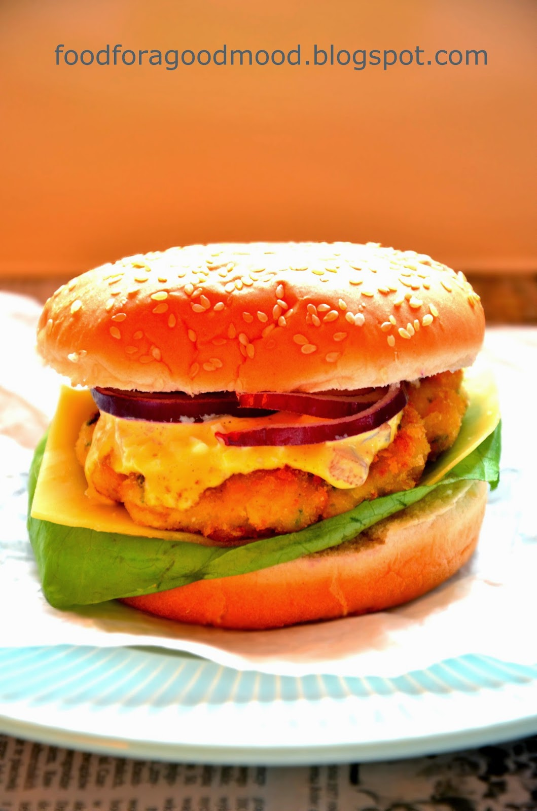 Fast food nie zawsze musi oznaczać jedzenie niewiadomego pochodzenia, naszpikowane chemią, a do tego pozbawione jakichkolwiek wartości odżywczych. Dowodem na to niech będzie domowy fishburger. Delikatny kotlet z bałtyckiej ryby, sos tatarski własnej roboty, a do tego upieczona w kuchennym piekarniku bułka.