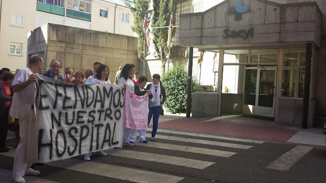 manifestantes frente al hospital de Béjar