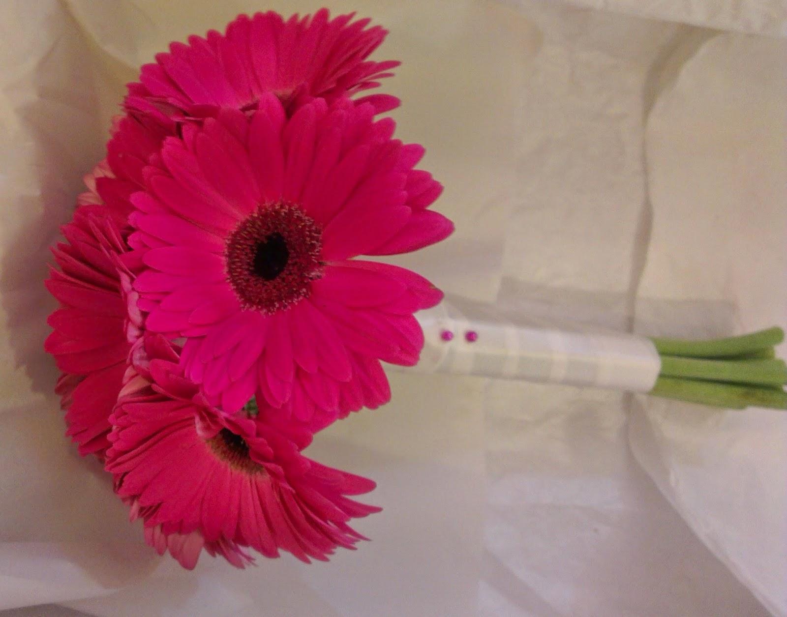 sandra 39 s flower studio pink and white gerberas. Black Bedroom Furniture Sets. Home Design Ideas
