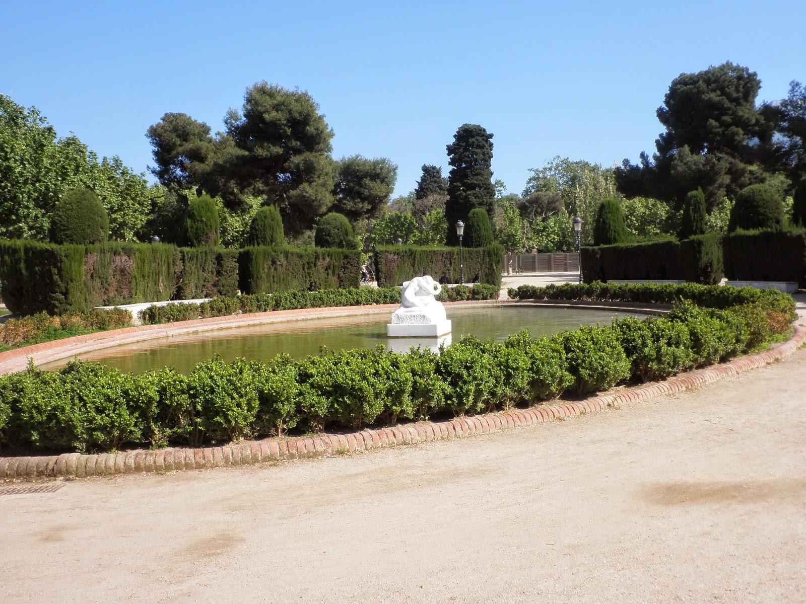 en medio del estanque encontramos una de las ms famosas esculturas modernistas catalanas obra de josep llimona esta escultura de gran belleza