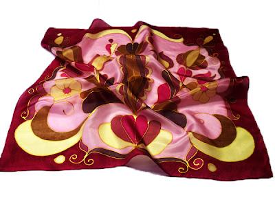 Ajándék nőknek: jászsági motívumokkal díszített női sálak, kendők.