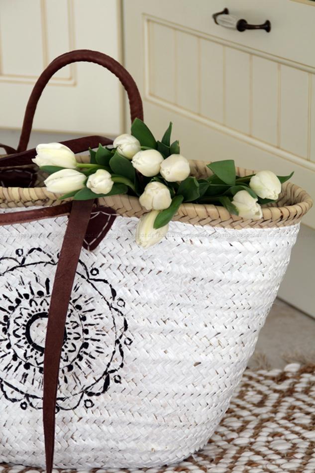 Korbtasche in schwarz weiß mit Ethno Muster, es hängen Tulpen aus der Tasche heraus