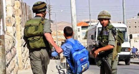 Criança palestina é presa indo para a escola