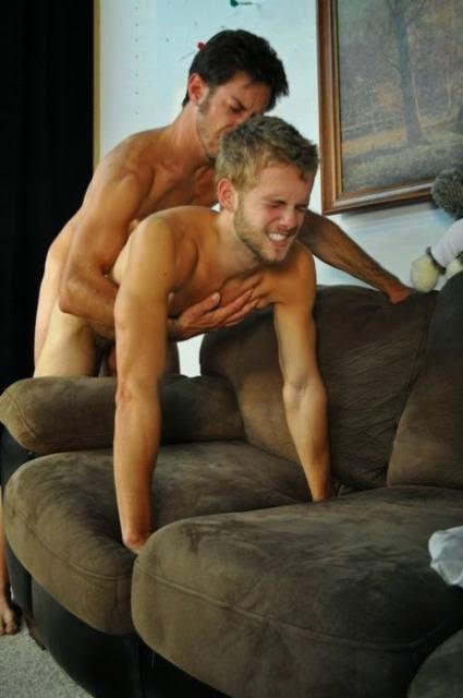 Foto de loirinho passivo dando o rabo de quatro no sofá.