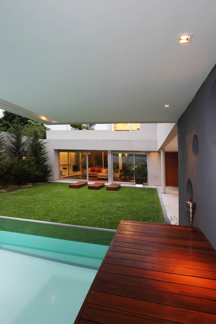 Backyard and pool in Modern Villa Devoto by Andres Remy Architects