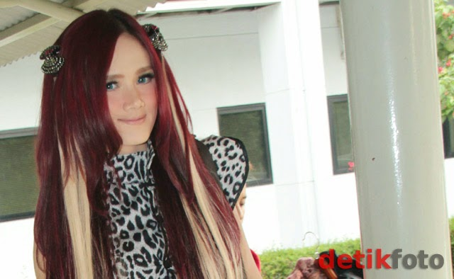 Foto Model  Rambut Merah
