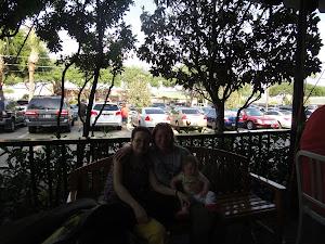 Cu Lea Torok şi cu una dintre gemenele sale pe terasă la Papadeaux