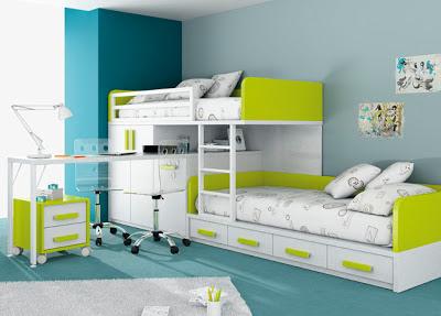 Diseño de dormitorio pequeño con camas acopladas