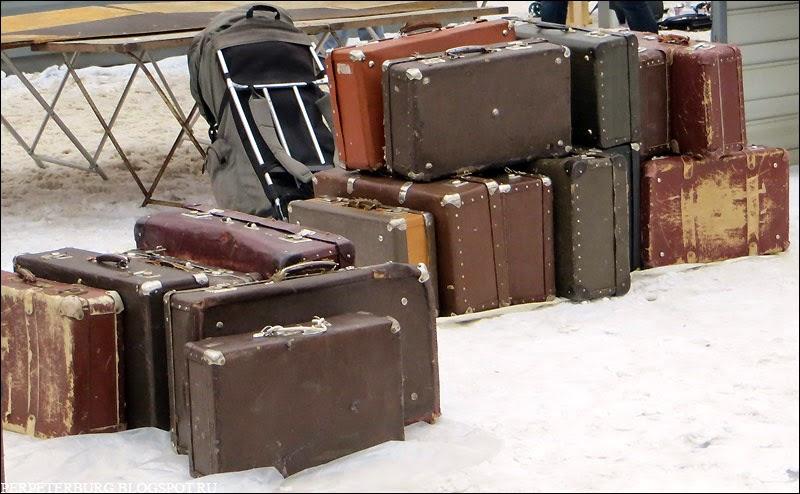 Винтажные чемоданы на блошином рынке Удельной в Петербурге