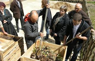Le Compost s'est Maintenant! karim-belboukhari-et-landry-lapray-conseillent-sur-la-bonne-formation-du-compost-photo-e-d-beches