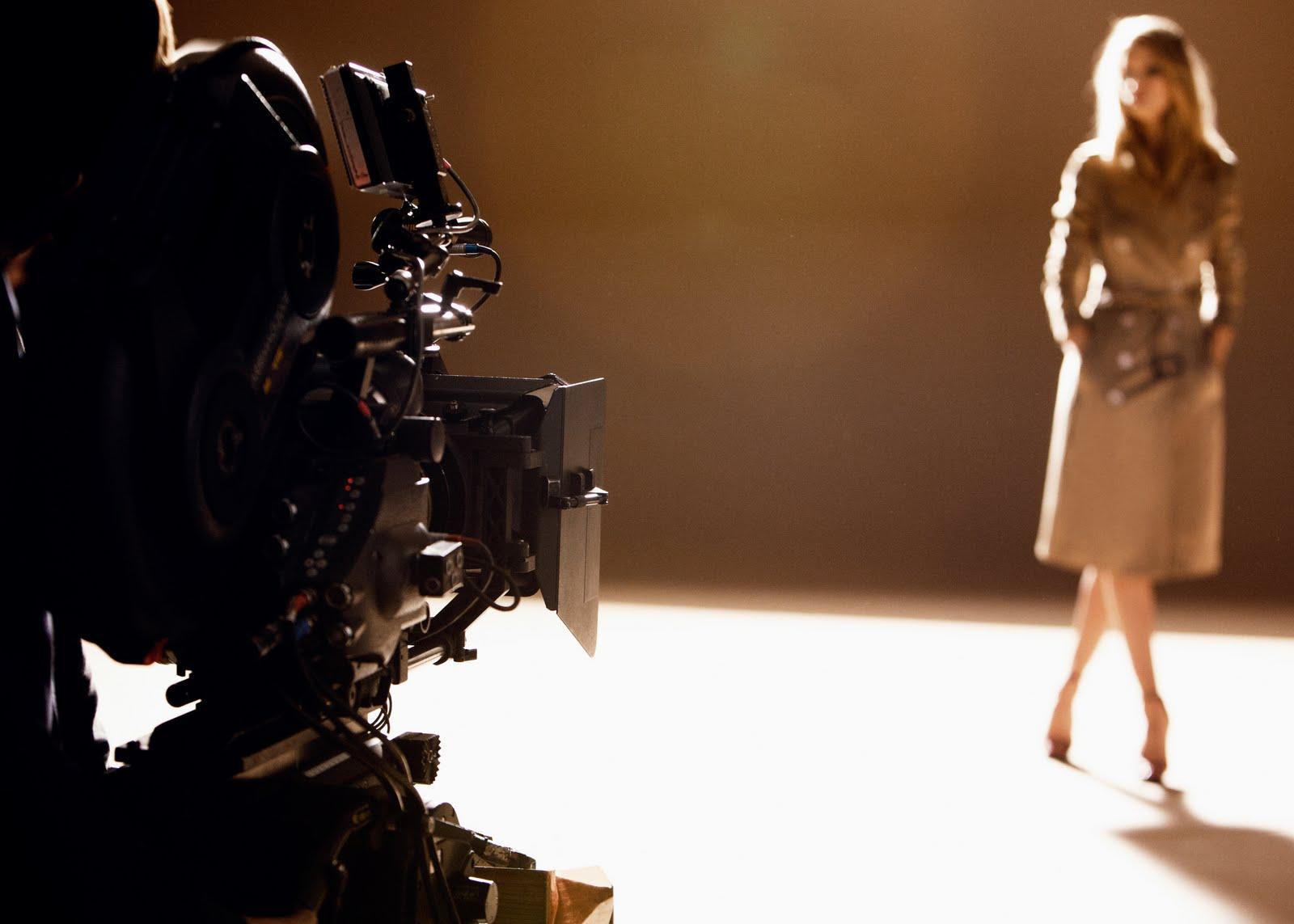 http://1.bp.blogspot.com/-97sP5pJ7Eu4/TlwVjsvJdZI/AAAAAAAAOOs/3IpKVB_M2n0/s1600/burberry+body+behind+the+scenes.jpg