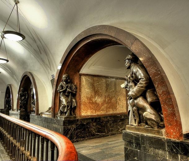 estações de metropolitano de Moscovo - Estação de Metro Ploshchad Revolyutsii