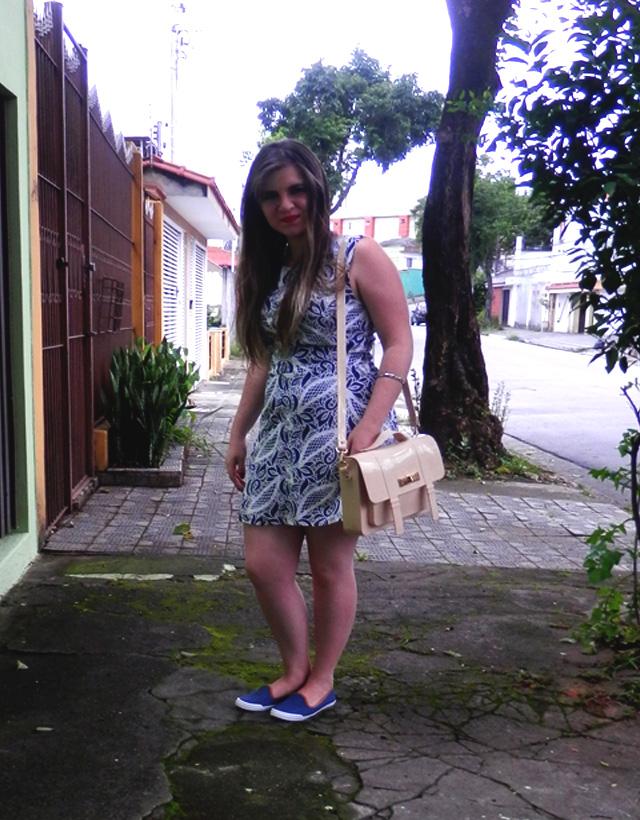 Look: Vestido rendado branco e azul com sliper