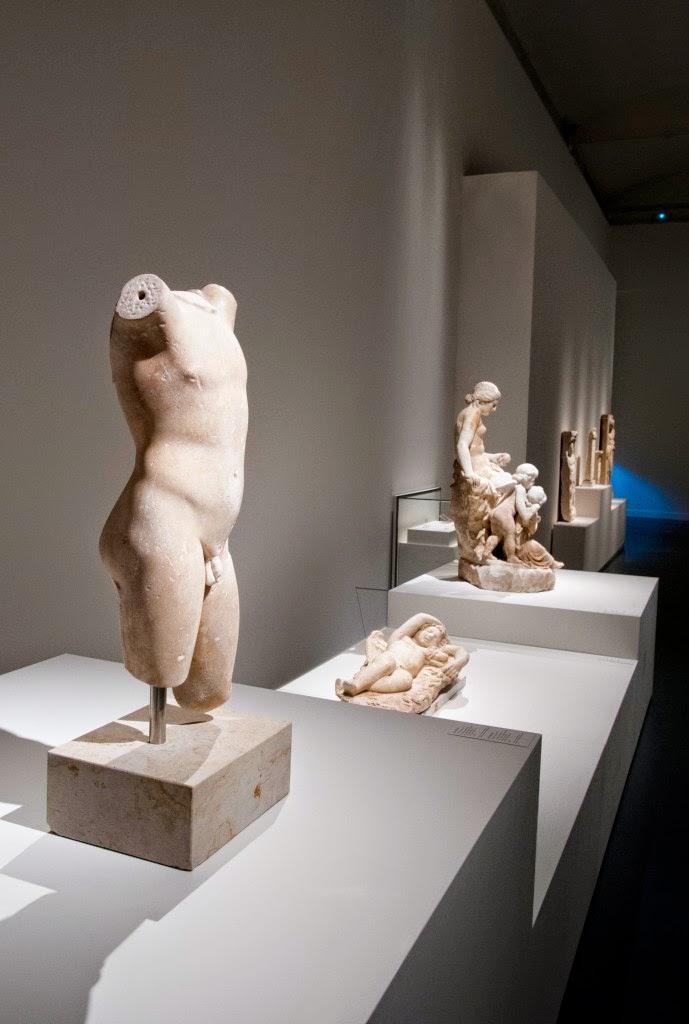 Vista de la sala con el torso de Eros y el amor dormido