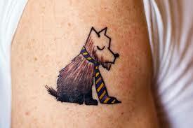 Tatuagem cartunesca de cachorro