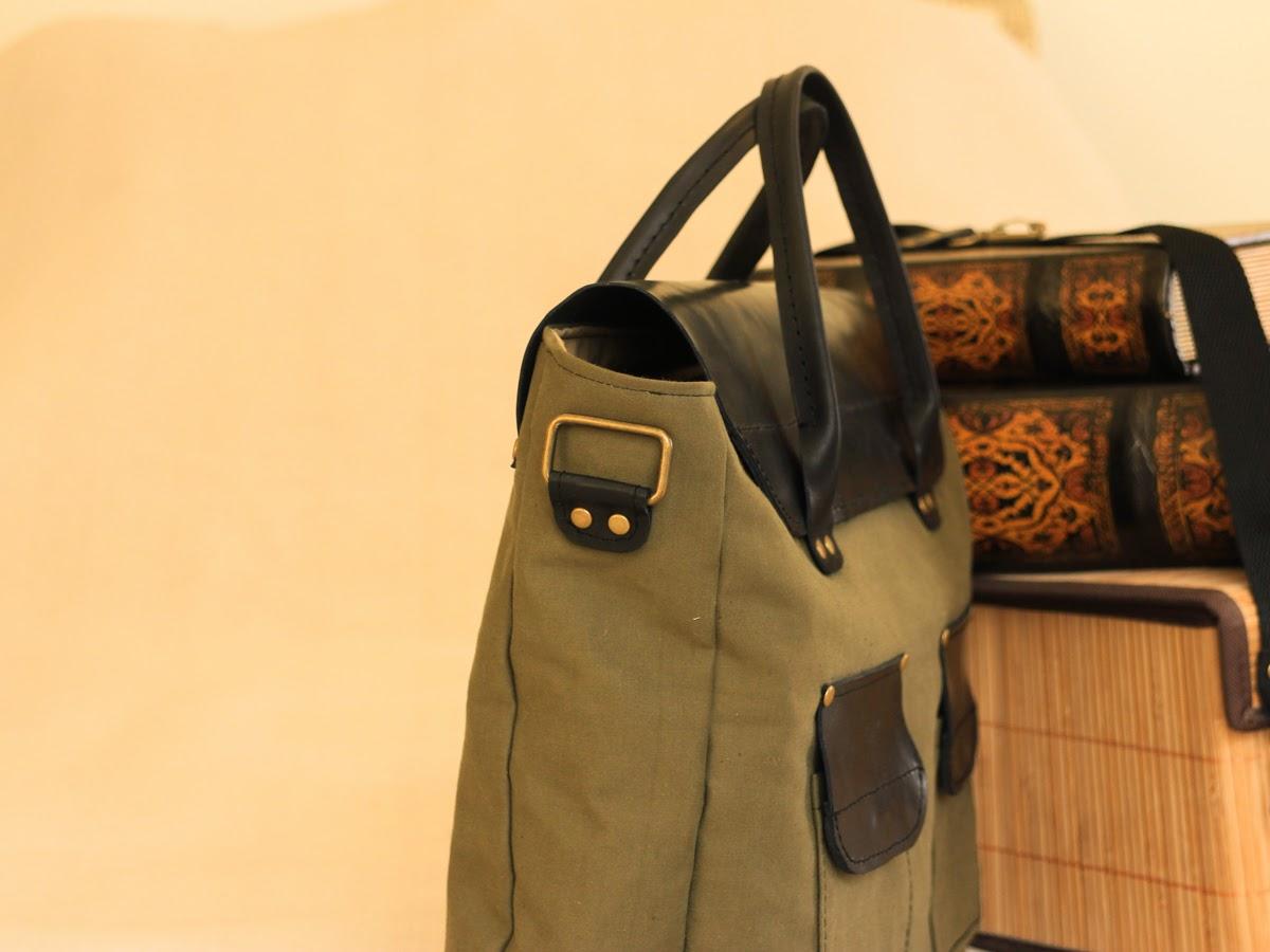 На портфеле короткие ручки для ношения в руке и длинная для ношения на плече