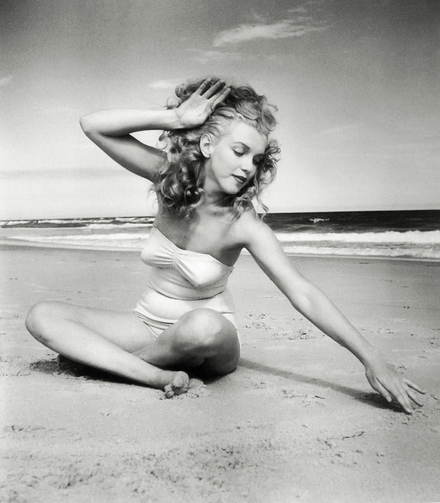 http://1.bp.blogspot.com/-98wm1PMXzC8/TmP1Dl_Q1cI/AAAAAAAADdI/eal9PVjxEUc/s1600/marilyn_monroe_1949_beach_photoshoot_018.jpg