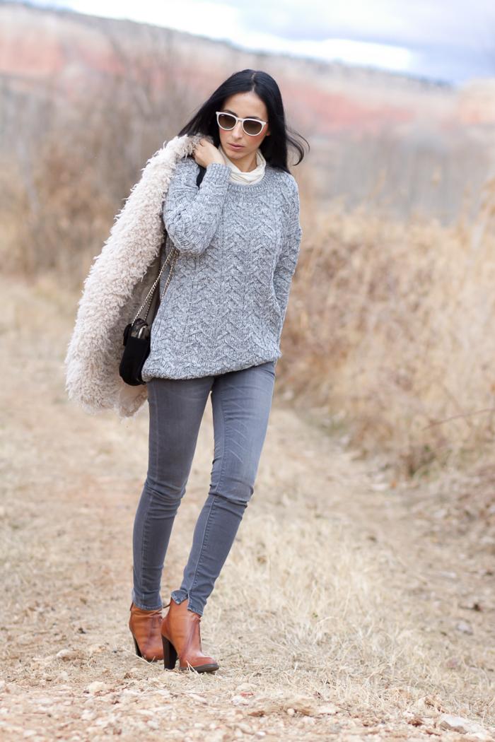 Outfit Con abrigo de pelo falso de borreguito con jeans desgastados modelo Marcelle de Meltin' Pot en tonos neutros Blogger Moda Valencia
