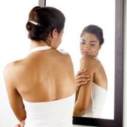 espinhas nas costas - conheça as causas