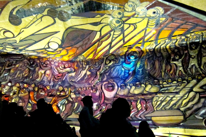 Exposición de luces, sonido y movimiento sobre el Mural de Siqueiros en Polyforum Siqueiros, México.